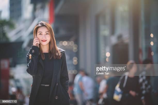 une femme d'affaires chinoise asiatique parlant au téléphone