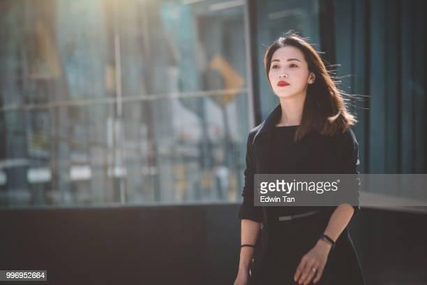une femme d'affaires chinoise asiatique se précipitant sur la rue de marche