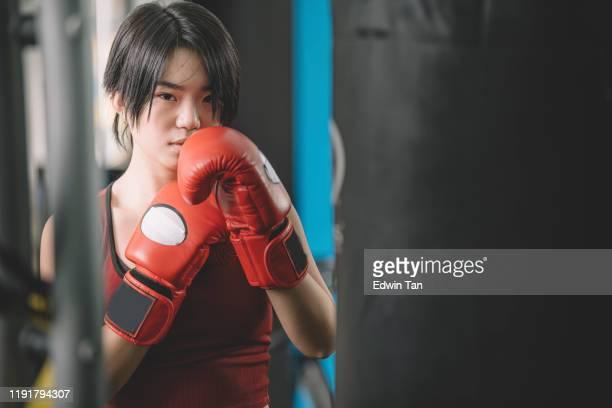 週末にジムでボクシンググローブワークアウトを着用するアジアの中国の女性ティーンエイジャーアスリート - 武道 ストックフォトと画像