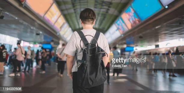 後方を望むbts駅のアジア系中国人女性観光客 - バンコク・スカイトレイン ストックフォトと画像