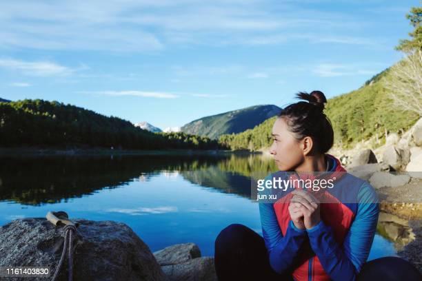 an asian girl playing at the lake - andorra fotografías e imágenes de stock