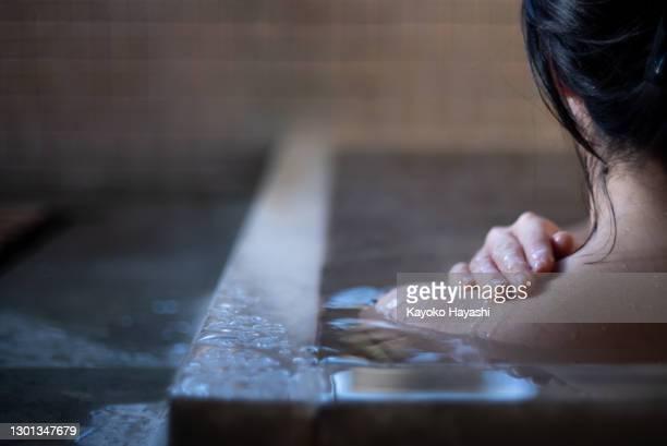アジアの女性が日本の温泉で入浴する。 - 銭湯 ストックフォトと画像