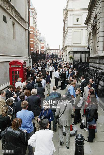 An assembly of journalists and members of the public line up outside the Royal Courts of Justice to hear British prime minister Tony Blair give...