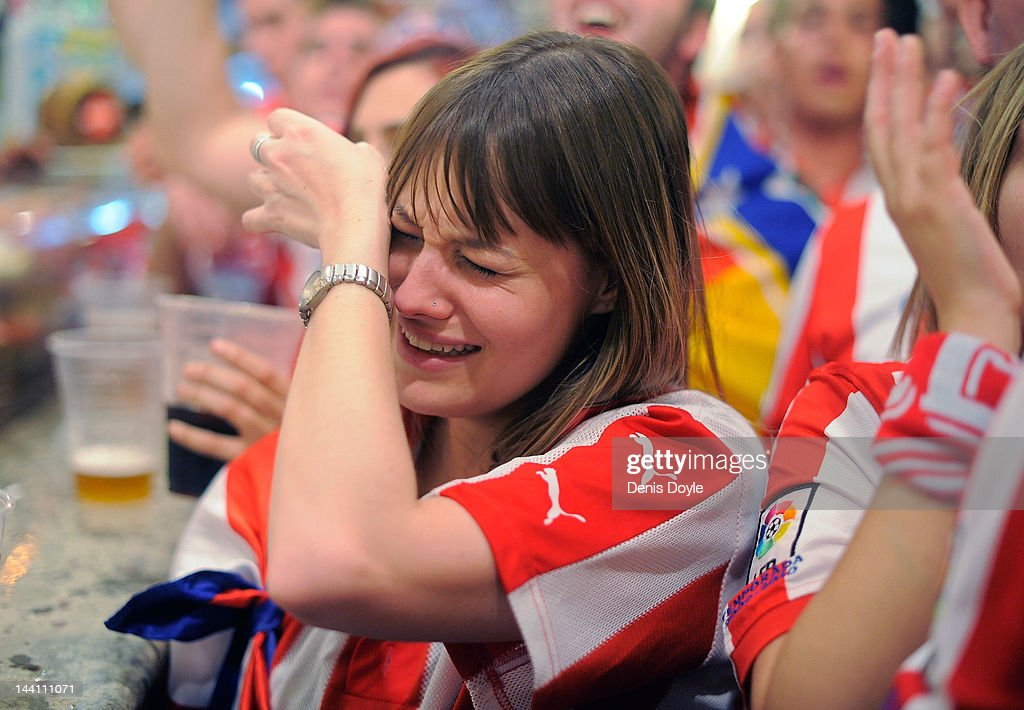 Photos et images de fans of atletico madrid watching the europa an atletico madrid fan is overcome with emotion while watching her team play athletic bilbao in voltagebd Image collections