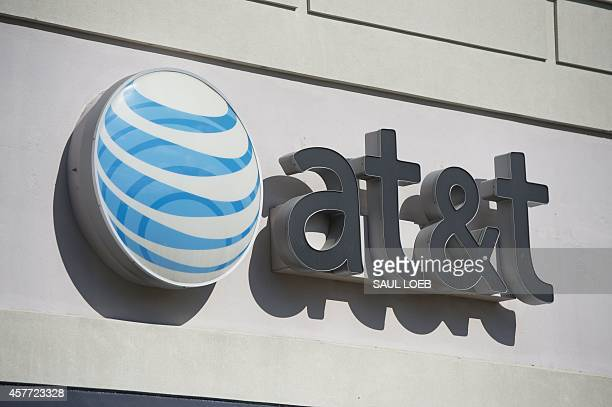 An AT&T cellphone store is seen in Springfield, Virginia, October 23, 2014. AFP PHOTO / Saul LOEB