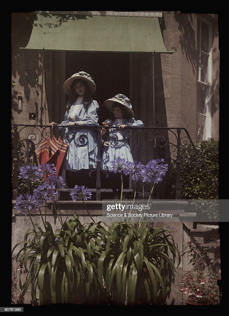 Two girls on a balcony, 1908. : Photo d'actualité
