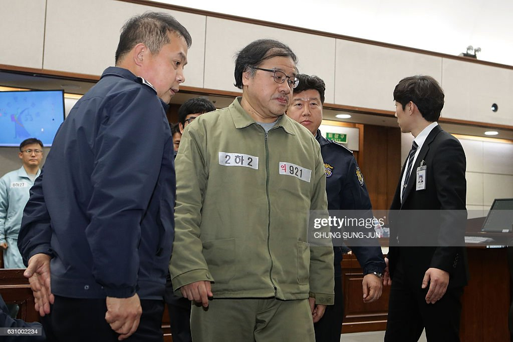 An Chong-bum (C), former senior presidential secretary for policy coordination, appears for his first trial at the Seoul Central District Court in Seoul on January 5, 2017. An Chong-bum is key witness in South Korea's President Park Geun-hye's impeachment trial, which has led to the biggest political crisis for a generation. / AFP / POOL / Chung Sung-Jun