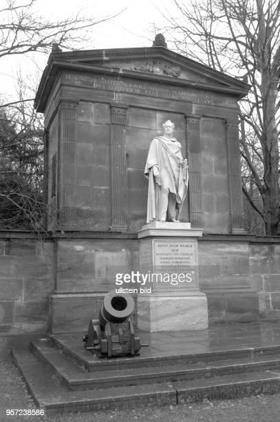 An den preußischen Heerführer und Heeresreformer August Graf Neidhardt von Gneisenau erinnert das Marmorstandbild vor dem Mausoleum in der Gemeinde...