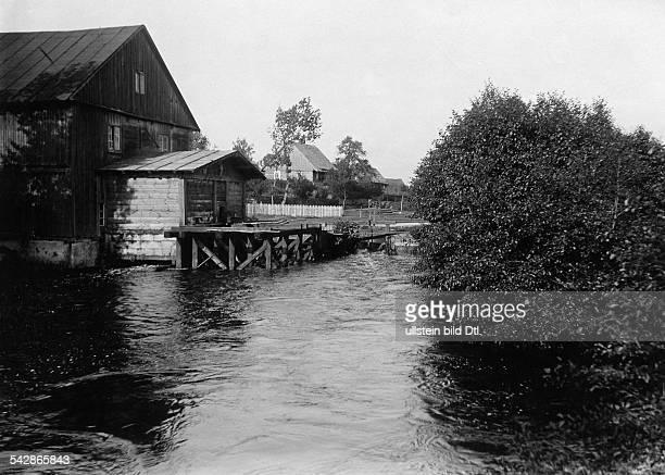 An der deutschrussischen Grenze Dorf an der Prosna undatiert vermutlich um 1910Foto Conrad HünichFoto ist Teil einer Serie