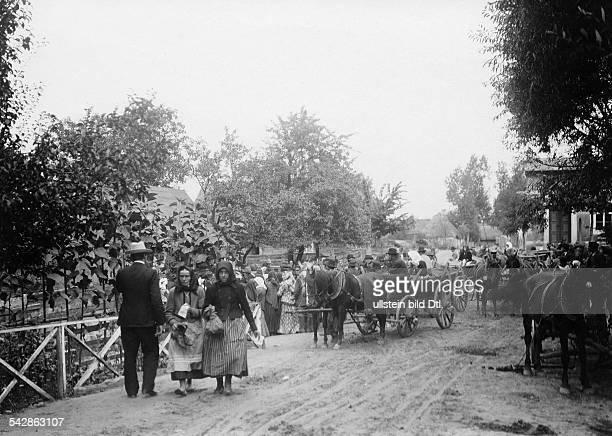An der deutschrussischen Grenze Straßenszene auf russischer Seite undatiert vermutlich um 1910Foto Conrad HünichFoto ist Teil einer Serie