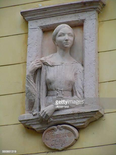 An der Fassade eines Altstadthauses ist die Büste der Künstlerin Julija Primicova zu sehen, aufgenommen in der slowenischen Hauptstadt Ljubljana am...