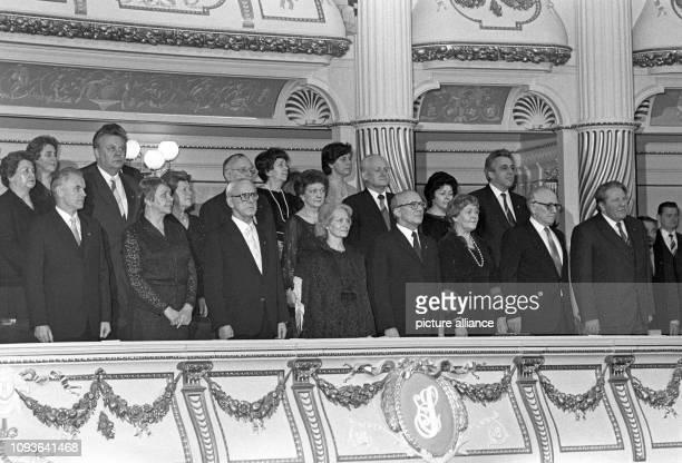 An der feierlichen Eröffnung der Semperoper am Theaterplatz in Dresden am 13 Februar 1985 nehmen Erich und Margot Honecker und die gesamte Parteiund...