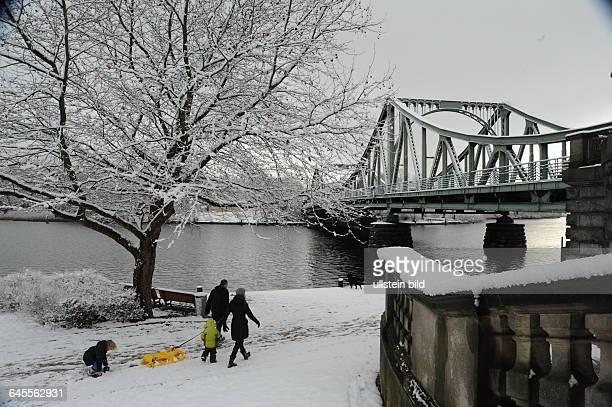 WINTER an der Glienicker Brücke in POTSDAM Spaziergang mit Kind und Schlitten in der Wehnachtszeit Schnee Schneedecke