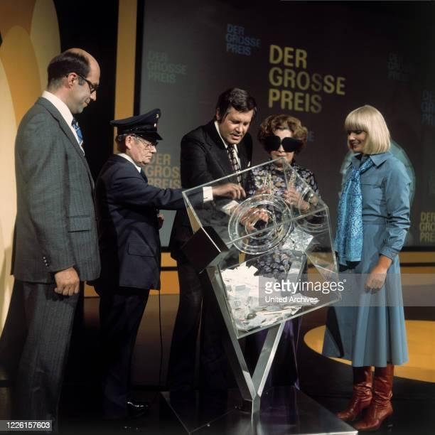 WALTER SPARBIER WIM THOELKE Schauspielerin MAGDA SCHNEIDER Assistentin BEATE HOPF bei der Ziehung der Preisträger Sendung von 1975