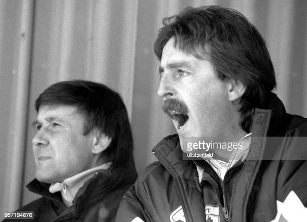 An der Seite seines Assistenten Jürgen Decker ruft der Rostocker HansaTrainer Uwe Reinders von der Trainerbank in das Spielfeld Der ExBraunschweiger...