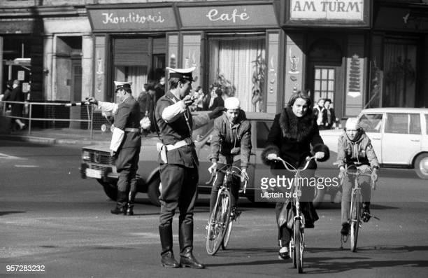 An der Straßenkreuzung am Thälmannplatz in Cottbus regeln Verkehrspolizisten den Verkehr per Hand aufgenommen im Jahr 1978 Wegen ihrer weißen...
