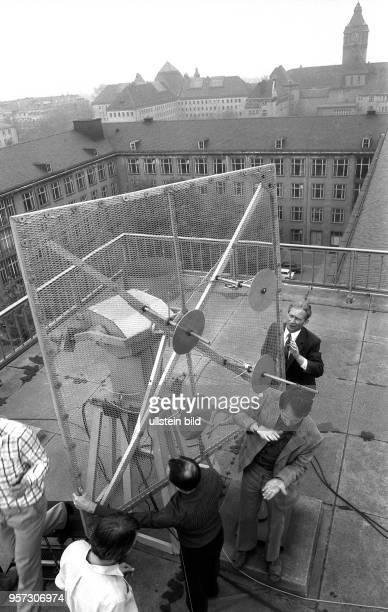 An der Technischen Universität Dresden baut Professor Wiegmann mit InformatikStudenten Spezialantennen auf einem Dach der TU auf um damit Signale aus...