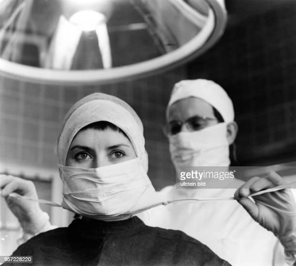 An der Technischen Universität Dresden bereiten sich Studenten im Fachbereich Medizin auf die Teilnahme an einer OP vor aufgenommen 1969 1961 erhielt...