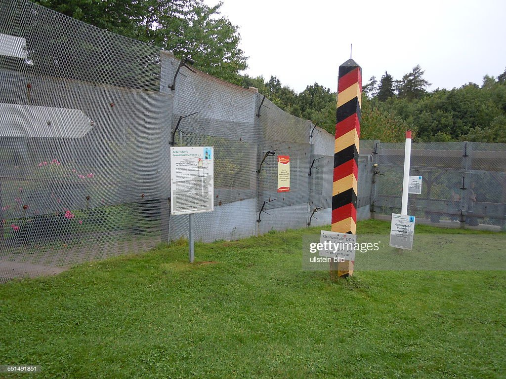 Gedenkstätte Grenzmuseum Stahlgitterzaun und DDR Grenzpfahl