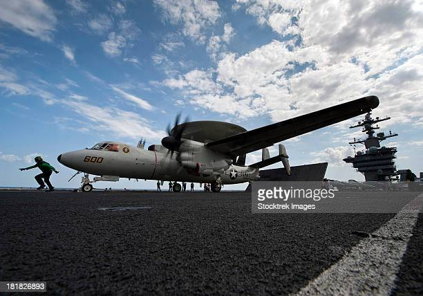 an e-2c hawkeye aircraft prepares to launch from the flight deck of uss carl vinson. - ussカールビンソン号 ストックフォトと画像