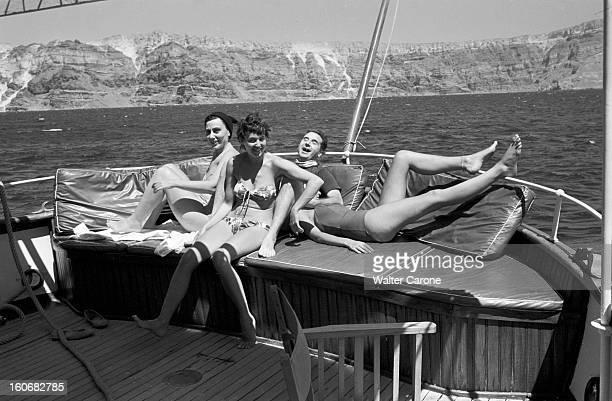 An Earthquake Shakes Archipelago Santorini Santorin 10 juillet 1956 Au lendemain du séisme touchant l'archipel la population évacue et nettoie la...