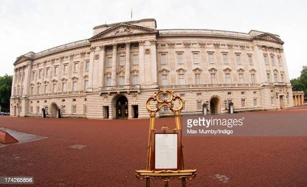 An easel stands in the forecourt of Buckingham Palace displaying the official document announcing the birth of a baby boy to the Duke and Duchess of...