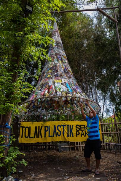 IDN: Environmental Activists Build Plastic Waste Museum