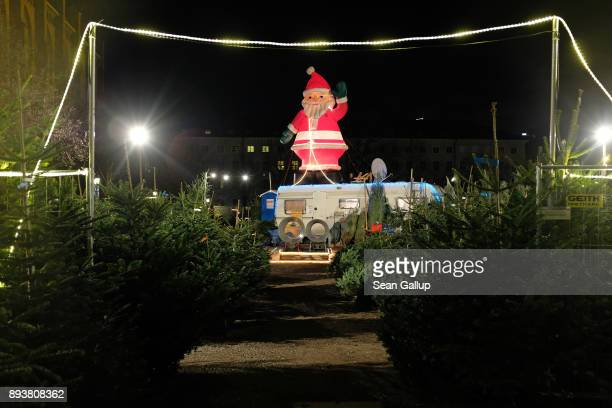 An effigy of Santa Claus greets shoppers at an openair Christmas tree market on December 15 2017 in Munich Germany Temporary outdoor Christmas tree...