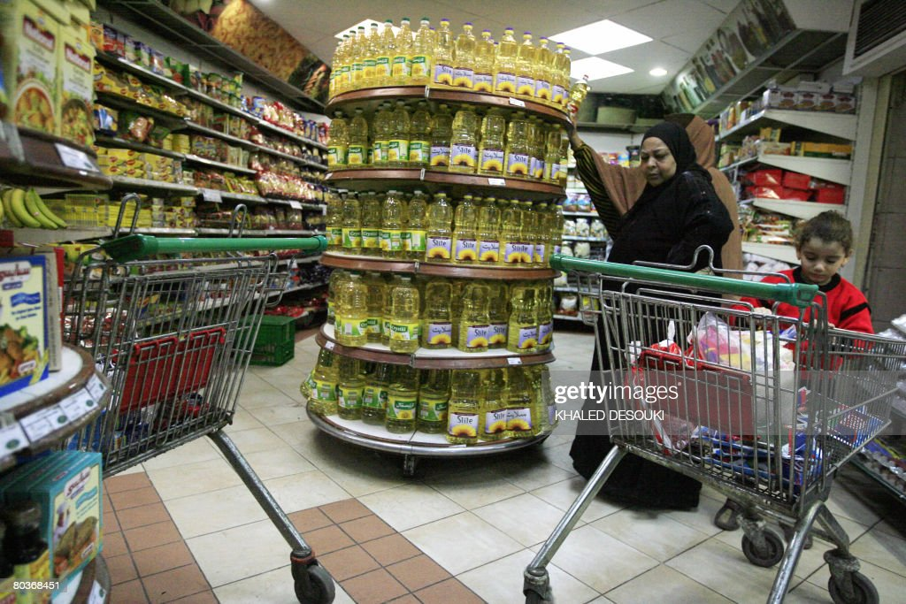 An Egyptian woman looks at goods at a su : News Photo