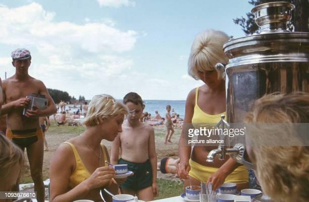 An einem heißen Wochenende Ende Juni 1973 erholen sich viele Menschen an einem See der in der Regel Minsker Meer genannt wird Der Stausee der sich...