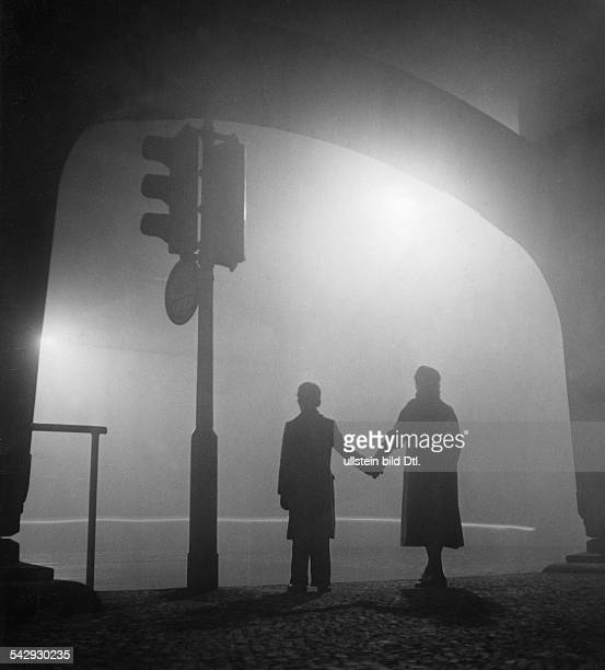An einer Ampel unter dem Hochbahnhof am Halleschen Tor in Berlin Kreuzberg1953