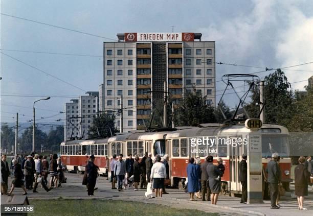 An einer Straßenbahnhaltestelle am Postplatz in Richtung Freiberger Strasse in Dresden hält eine Tatrastrassenbahn zum Ein- und Aussteigen von...