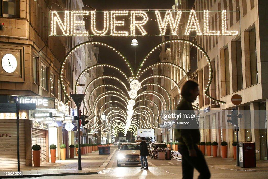 Neuer Wall Weihnachtsbeleuchtung.An Einer Weihnachtlichen Beleuchtung Ist Am In Der Innenstadt In