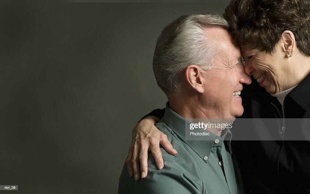an elderly caucasian couple lovingly look into each others eyes : Foto de stock