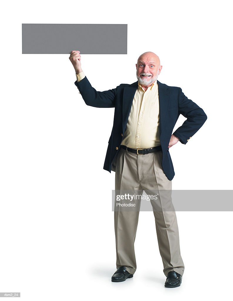 an elderly caucasian man in a yellow shirt and blue jacket holds up a  sign with one hand : Stockfoto