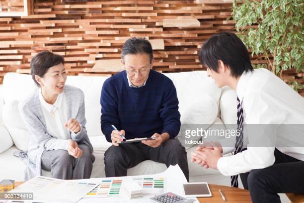 Ein älteres Ehepaar und ein junger Mann, die Diskussion voran.