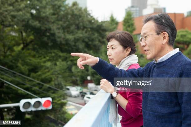 高架を渡る老夫婦。