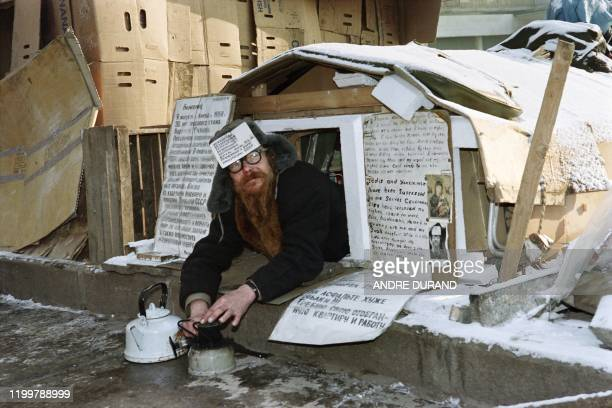 An elderly man camps in a self-made shelter outside the Rossia Hotel, on November 15, 1990 in Moscow to protest against the Soviet government, as the...