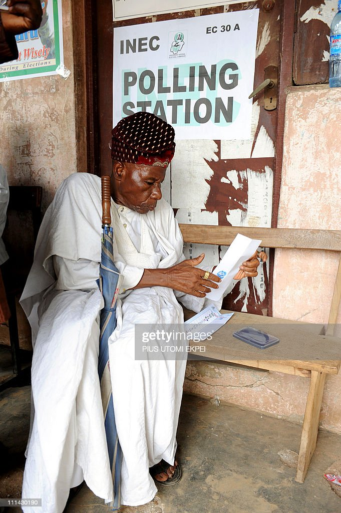 An elderly voter casts his ballot at a p : News Photo