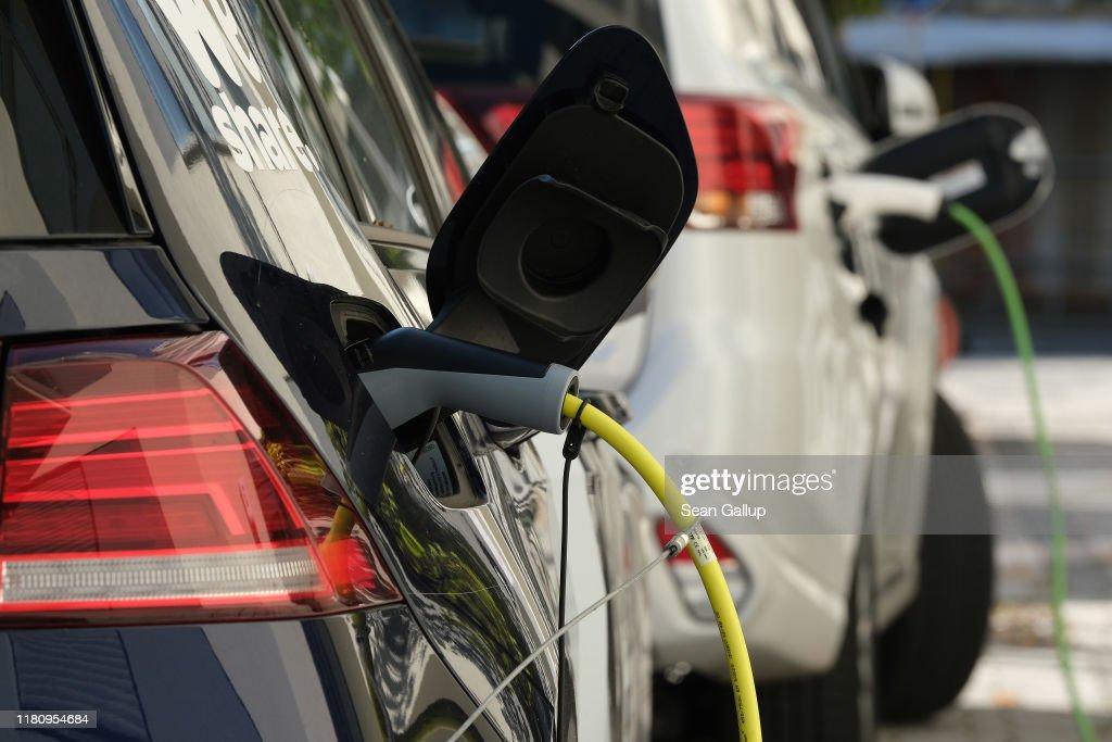 Electric Cars Charging : Nachrichtenfoto