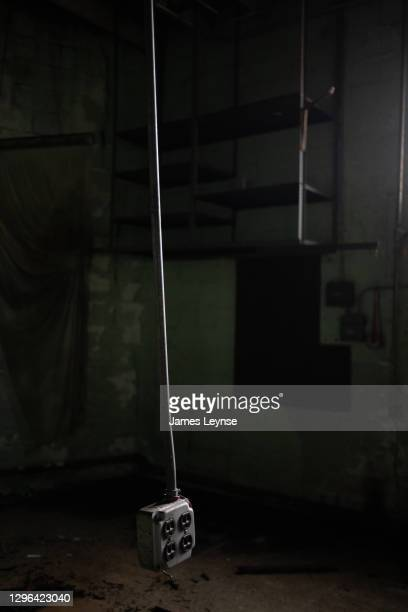 an electrical outlet hangs from the ceiling in an abandoned factory in new jersey - woodbridge nueva jersey fotografías e imágenes de stock