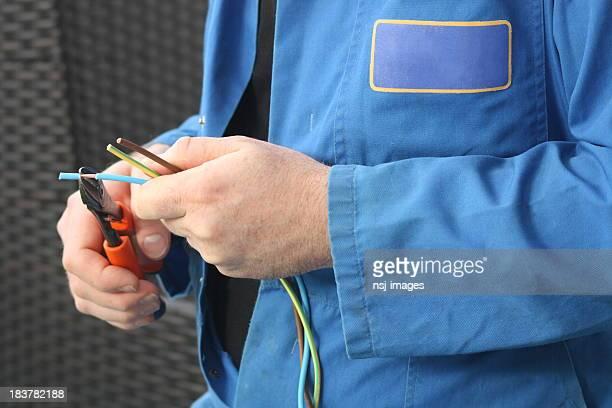 Eletricista de fios.