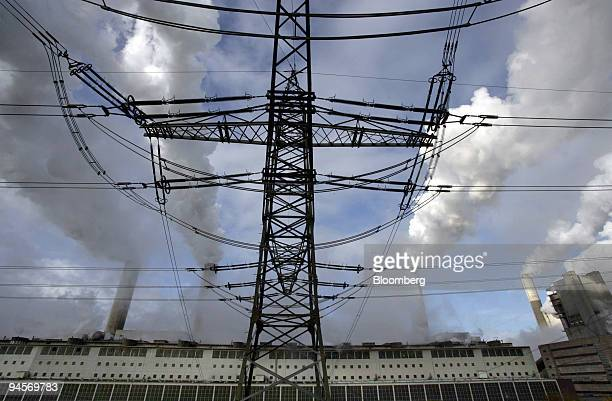 An electricity pylon stands outside the RWE owned Frimmersdorf coal power plant near Grevenbroich, Germany, on Friday, Nov. 9, 2007. Grevenbroich,...