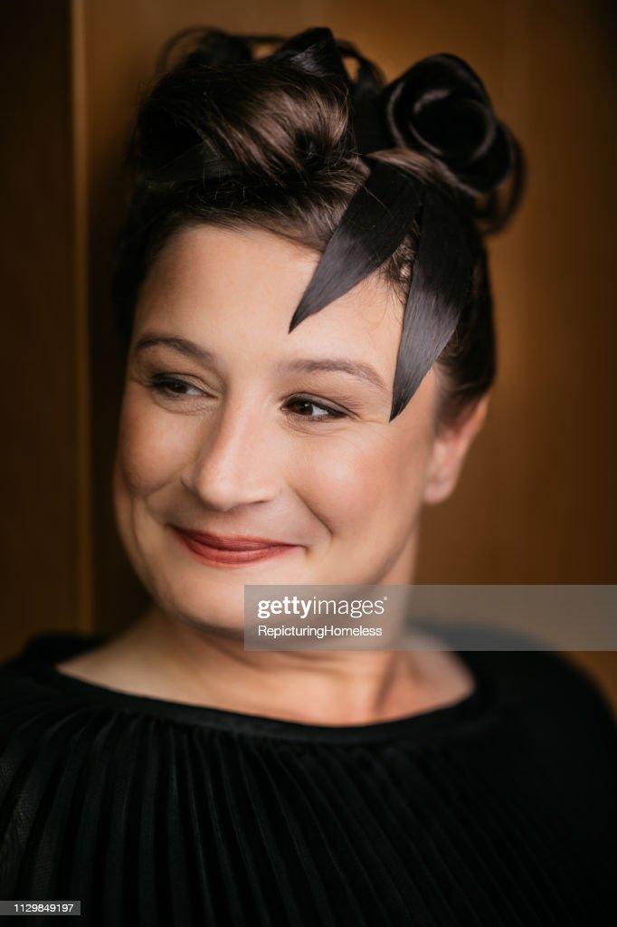 Eine elegante Dame schaut mit einem Lächeln zur Seite. : Stock-Foto