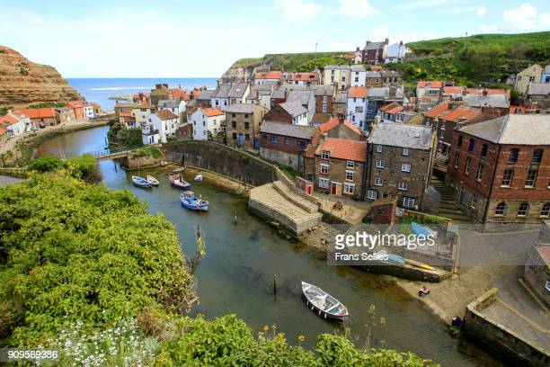 an elevated view of the fishing village of staithes, north yorkshire, england - frans sellies stockfoto's en -beelden