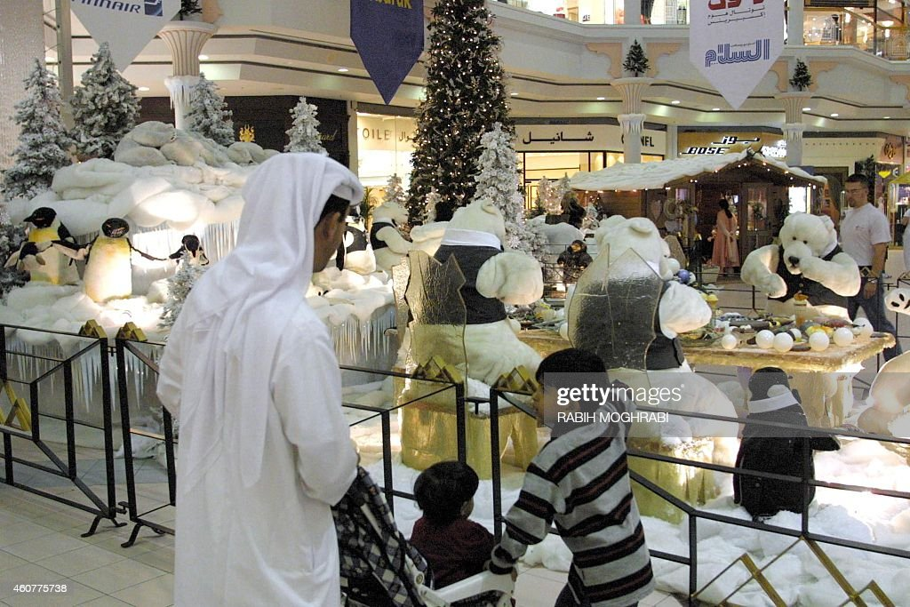 Beautiful Shop Eid Al-Fitr Decorations - an-emirati-family-looks-at-christmas-decorations-at-a-mall-in-dubai-picture-id460775738  You Should Have_38718 .com/photos/an-emirati-family-looks-at-christmas-decorations-at-a-mall-in-dubai-picture-id460775738