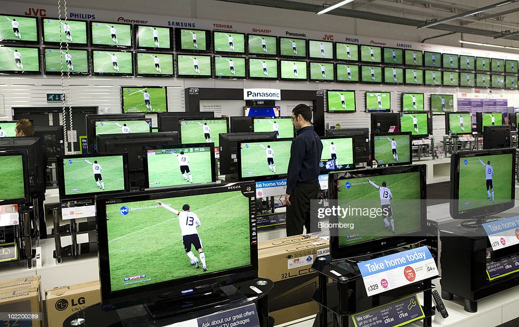 World Cup Football Helps Retailers : ニュース写真