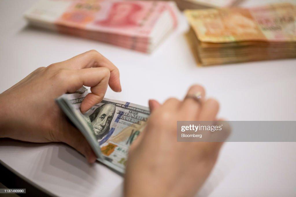 Counting of U.S. Dollars Banknotes At A Hang Seng Bank Branch : News Photo