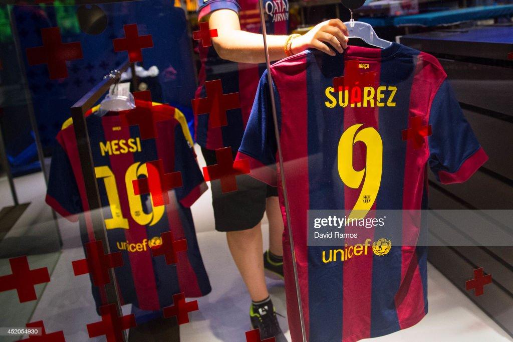 Luis Suarez Barcelona Shirts on Sale : News Photo