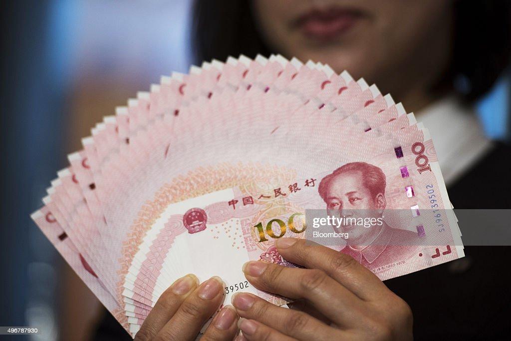 New Chinese 100-Yuan Banknotes As New Design Goes Into Circulation : News Photo